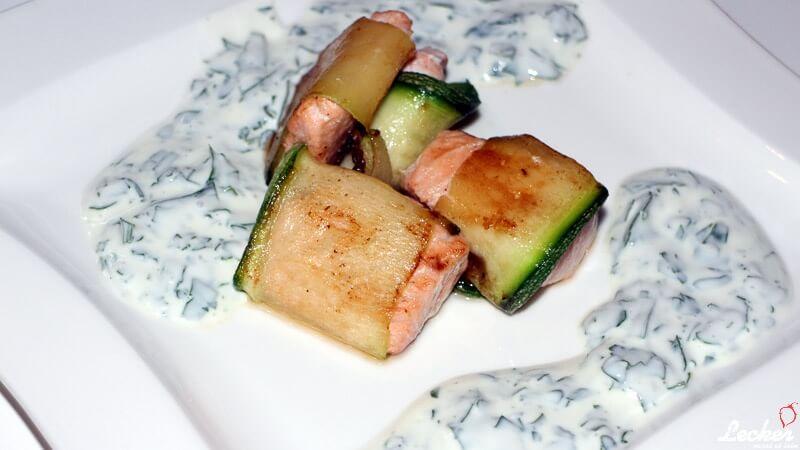 Lachs im Zucchinimantel mit Joghurt-Dip