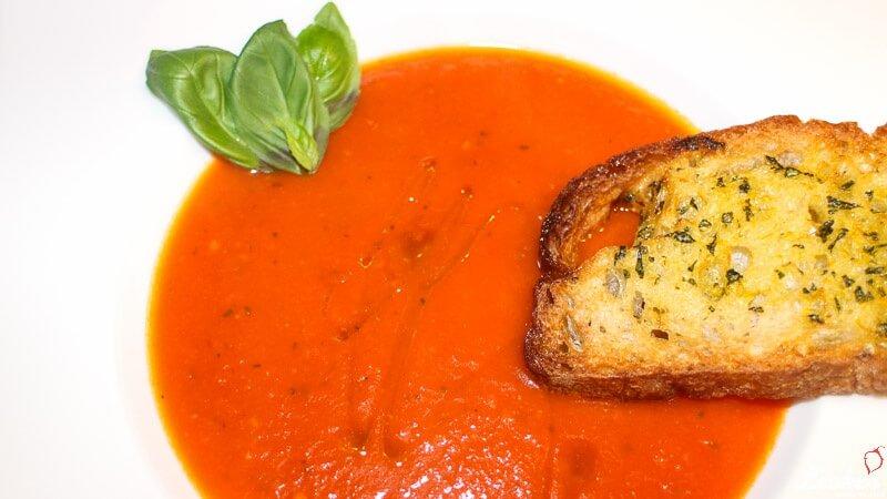 Tomatensuppe mit Orangen Basilikum Ciabatta