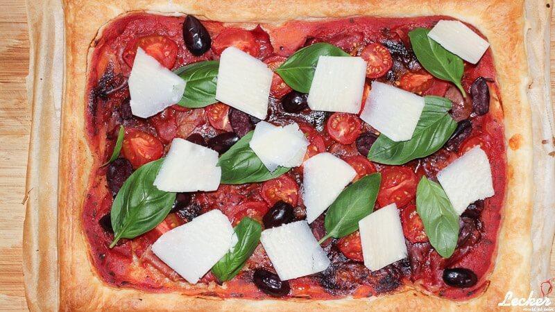 Tomatentarte mit Schinken und Oliven