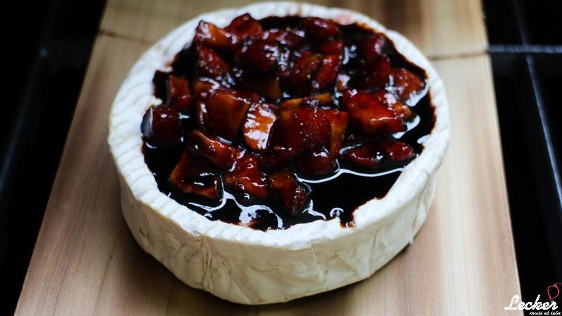 lecker_muss_es_sein_07_2014_Camembert-gefüllt-geplankt-und-überbacken-mit-Balsamicoerdbeeren-4