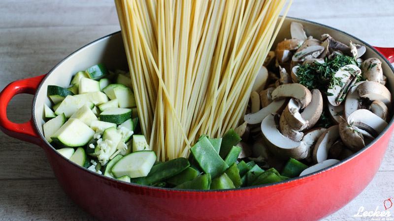One Pot Pasta mit Champignons, Zucchini und Zuckerschoten
