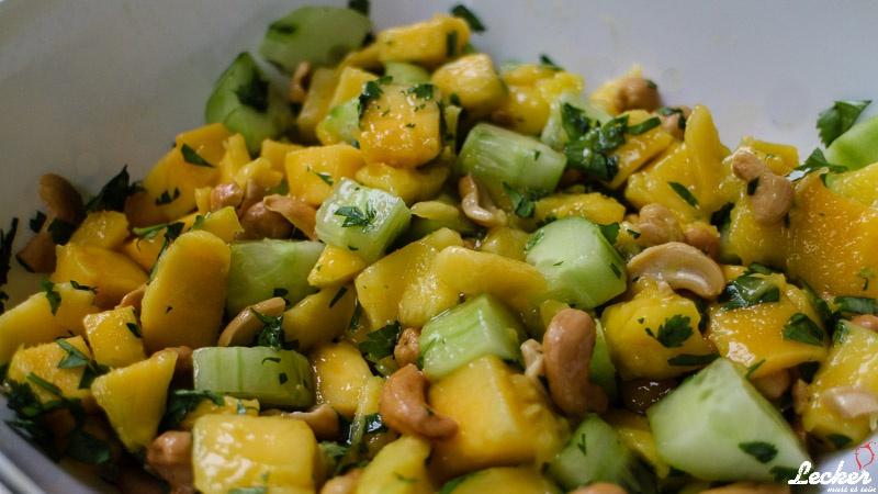 Mango Gurken Salat mit Koriander und Cashewkernen