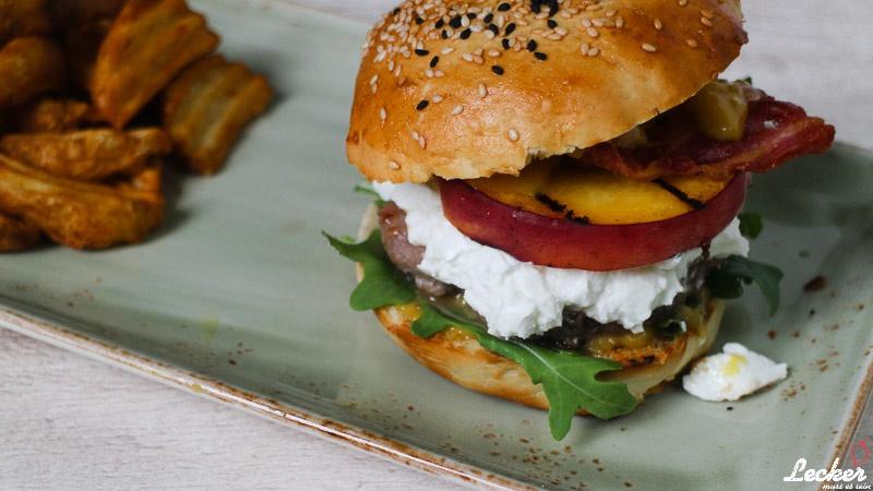 Peaches Burger - Burger mit gegrilltem Pfirsich, Ziegenfrischkäse Bacon und Rucola