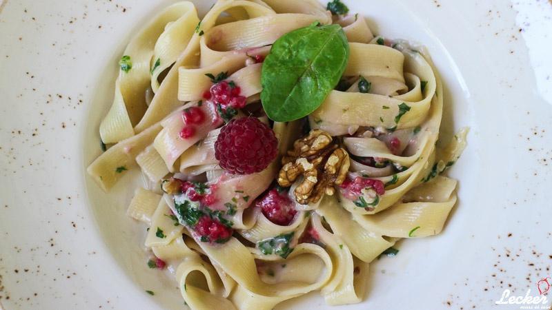 One Pot Pasta mit Gorgonzola, Spinat, Himbeeren und Walnüssen