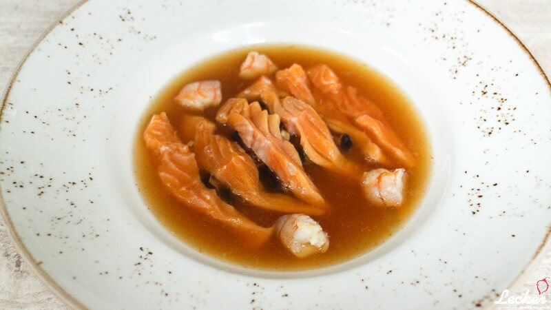 Spicy Fond mit Sashimi vom Eismeersaibling