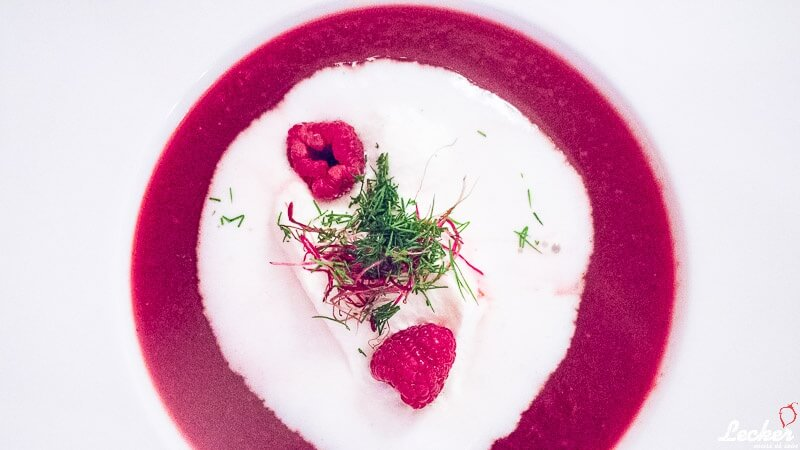 Rote Bete-Himbeer-Suppe mit Vanille-Sahne