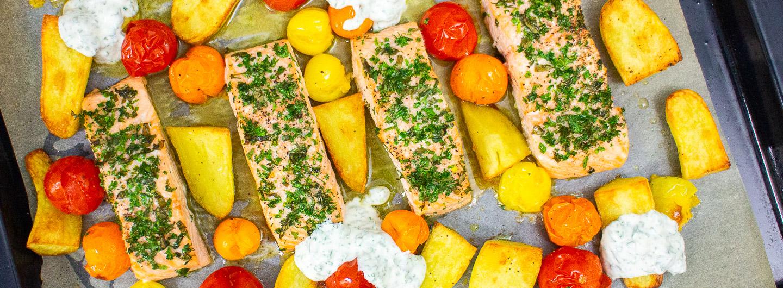 Kräutriger Lachs vom Blech mit Kartoffeln, Kirschtomaten und Kräuterdip
