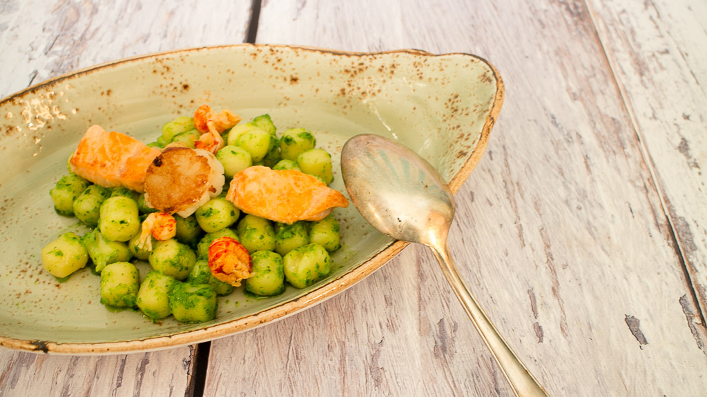 Maritimes Gnocchi Bärlauch-Basilikum-Pesto mit Erdnüssen