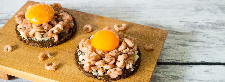 Pumpernickel mit Büsumer Krabben, Onsen-Ei und guter Butter