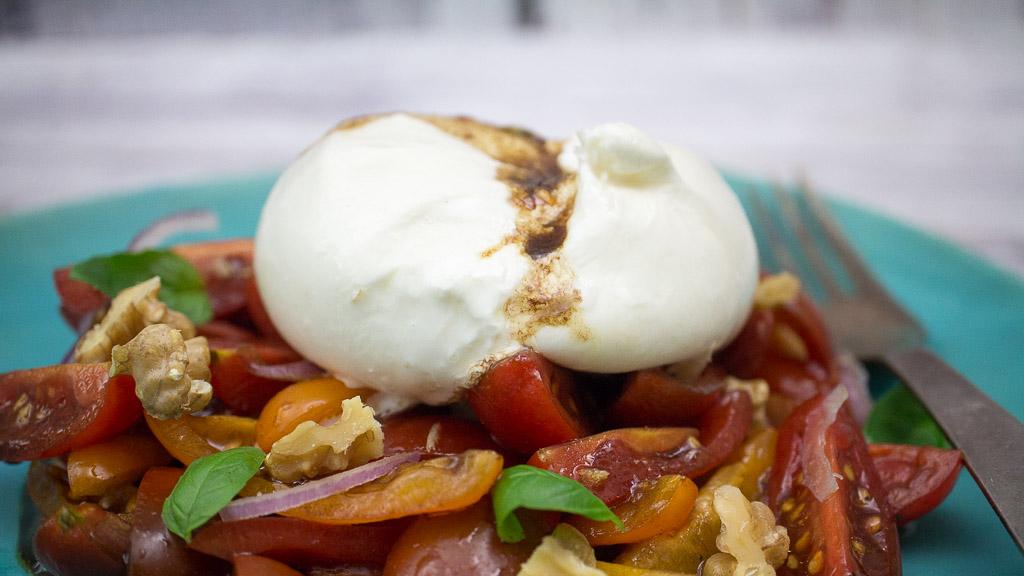 Burrata auf Tomatensalat