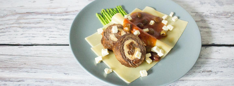 Rouladen mit mediterraner Füllung, Tomatensauce, Pasta und grünem Minispargel