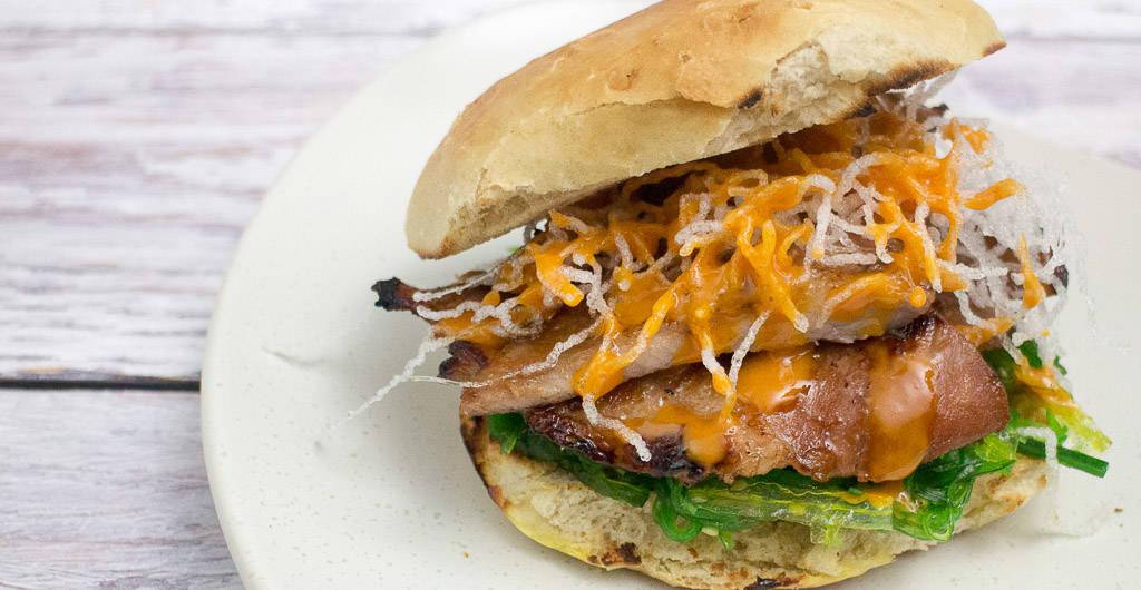 Burger mit Iberico Secreto und Goma Wakame