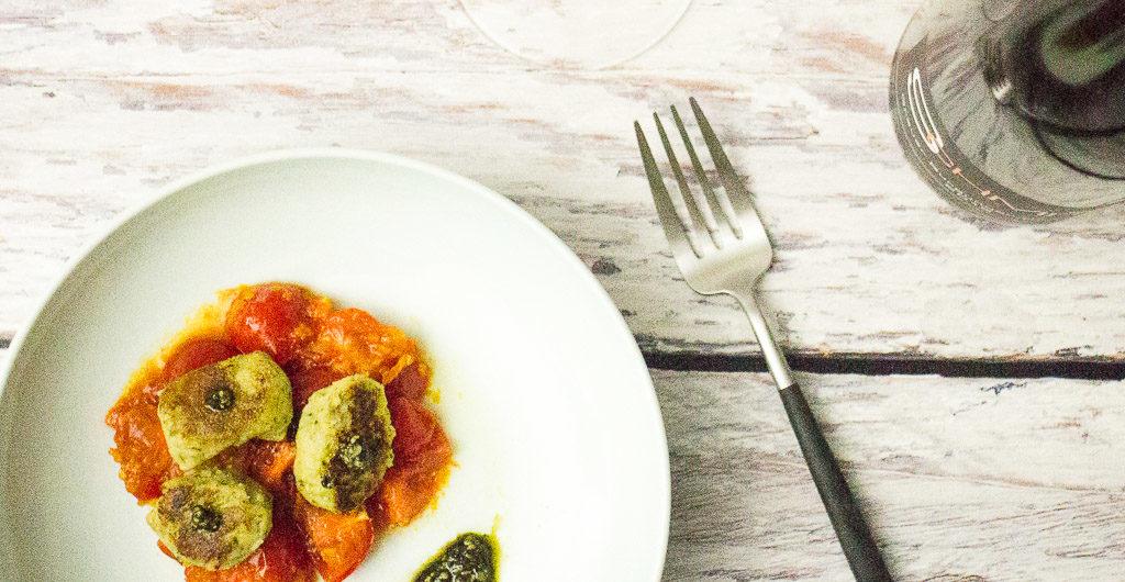 Selbst gemachte Wildkräuter-Gnocchi auf einem kalten Tomaten Kürbis Apfel Bett