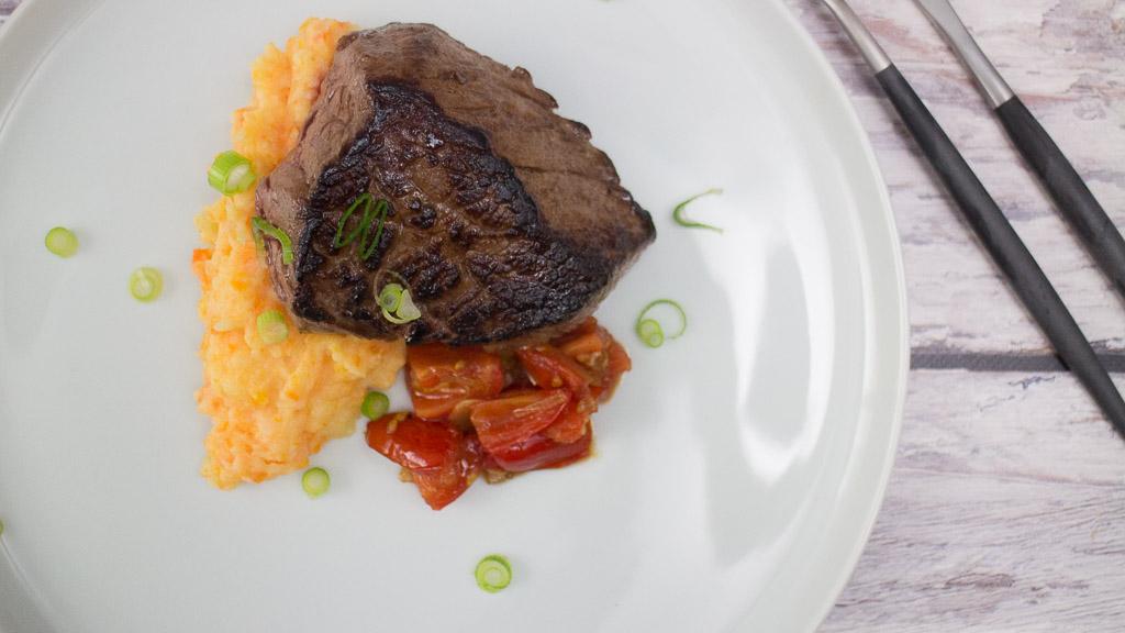 Rinderhüftsteak mit stückiger Tomatensauce und Kartoffel-Möhren-Stampf