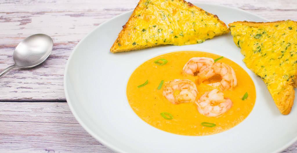 Süßkartoffel-Möhren-Suppe mit Garnelen und überbackenem Süßkartoffeltoast