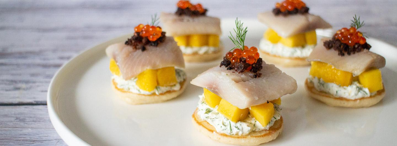 Matjes Blini mit Mango, Kaviar, Dill und Pumpernickel